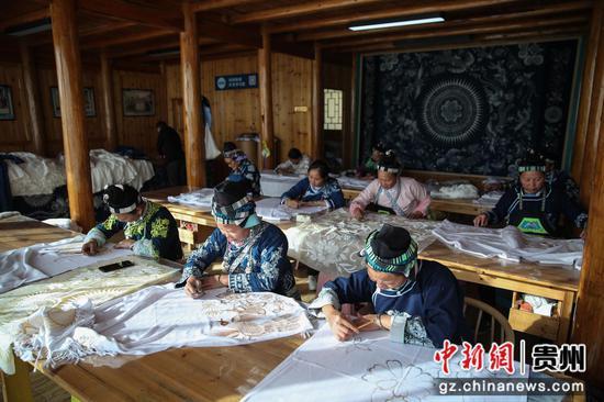 图为当地妇女在张义苹的工作室工作。 瞿宏伦 摄
