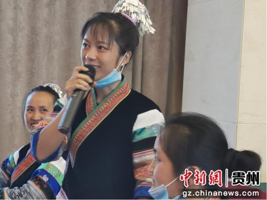 """图为贵州织金导游蔡凤在""""新青年追梦计划""""培训现场向老师提问。图片由美团提供"""