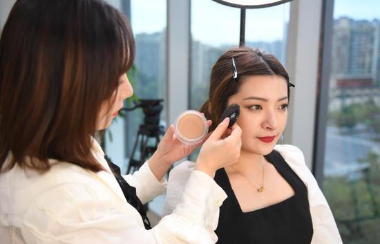 台湾青年体验毛戈平MAOGEPING美妆品牌产品。 王刚供图