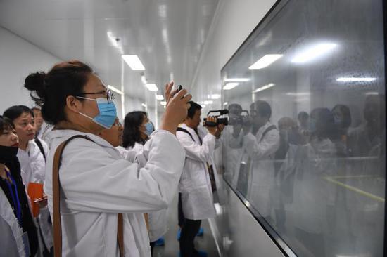 媒体参观杭州章华化妆品科技有限公司生产车间。 王刚供图