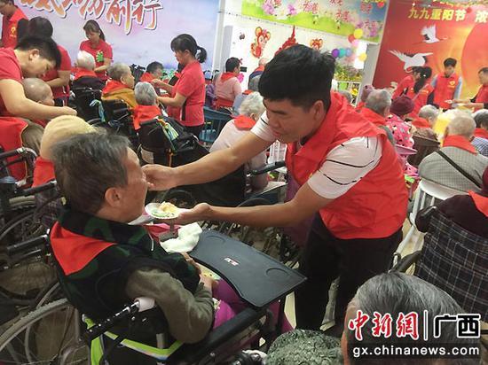 南宁爱心企业携手志愿者陪老年人欢度重阳节
