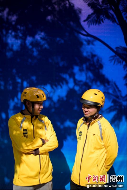 图为骑手在分享工作经验。图片由美团提供