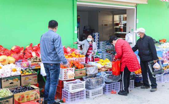喀什市东湖社区的居民正在购买水果。