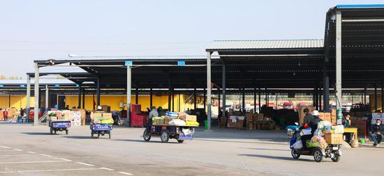 喀什市库克兰农产品批发市场内进好货的商贩正在离开市场。