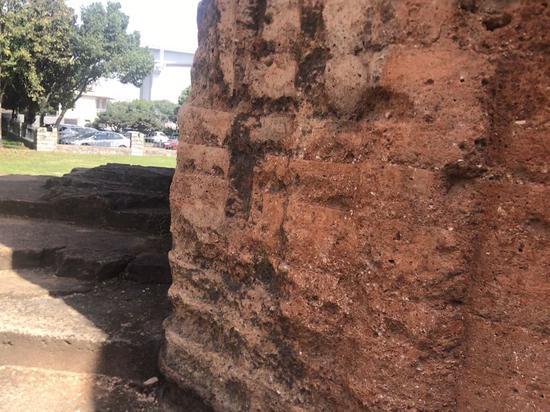由黄泥、沙、碳、糯米饭混合物制作而成的炮台。 李典 摄
