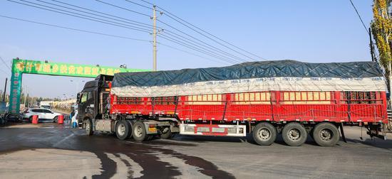 满载货物的大货车正在驶入喀什市库克兰农产品批发市场。