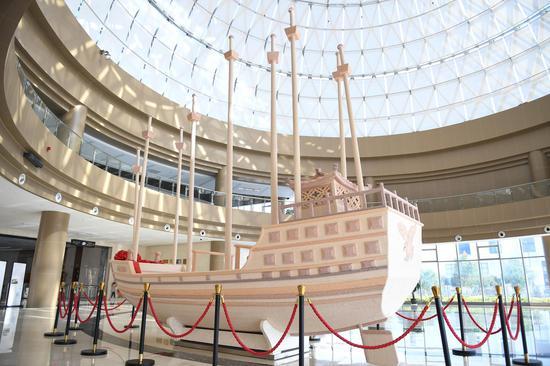 """以2002447颗珍珠镶嵌的珍珠宝船矗立在欧诗漫珍珠博物院,2018年3月该船获得吉尼斯世界纪录""""镶嵌珍珠最多的雕塑""""称号。  王刚 摄"""