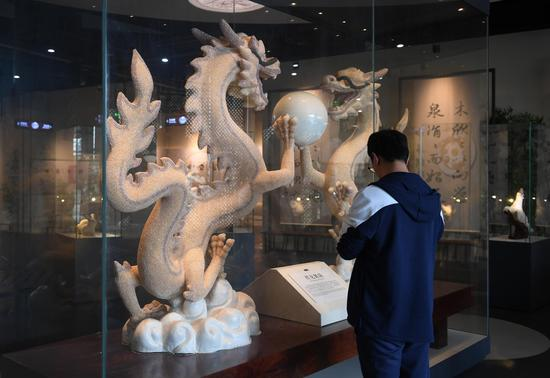 参观者驻足欣赏两条以珍珠镶嵌的龙。  王刚 摄