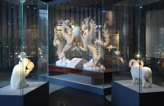 欧诗漫珍珠博物院陈列的各类珍珠镶嵌的十二生肖。  王刚 摄