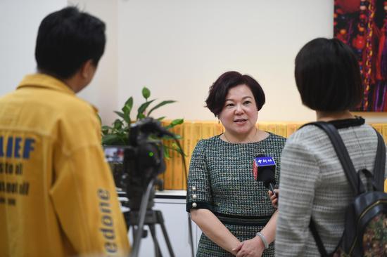 毛戈平化妆品股份有限公司副总裁毛慧萍接受媒体记者的采访。  王刚 摄