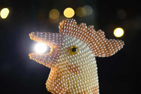 欧诗漫珍珠博物院展出的以珍珠镶嵌的公鸡。  王刚 摄