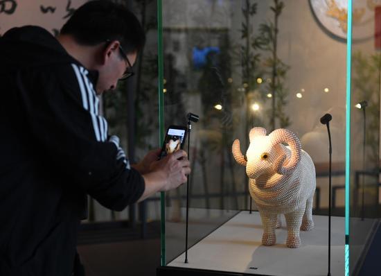 以珍珠镶嵌的绵羊吸引参观者拍照。  王刚 摄