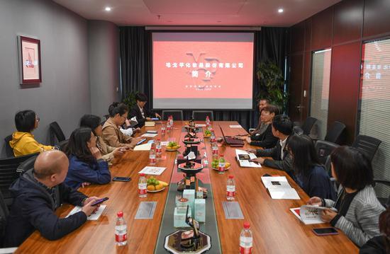 媒体采风团在毛戈平化妆品股份有限公司座谈。  王刚 摄