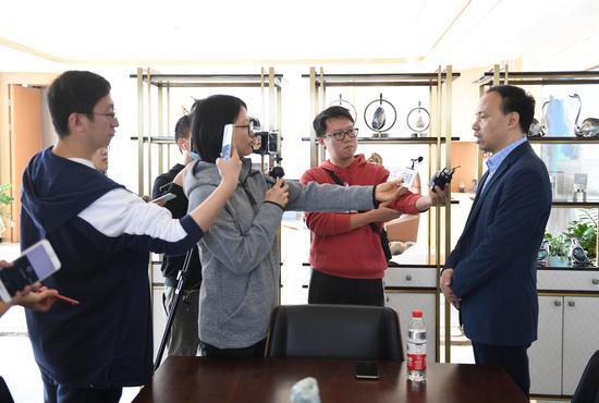 欧诗漫生物股份有限公司总经理沈伟良在接受媒体记者采访。  王刚 摄