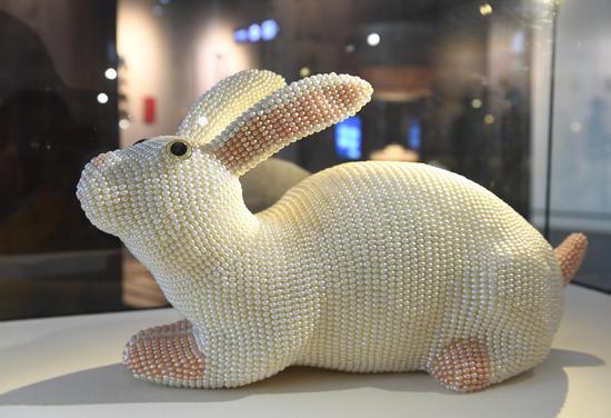 以珍珠镶嵌的兔子憨态可掬。  王刚 摄