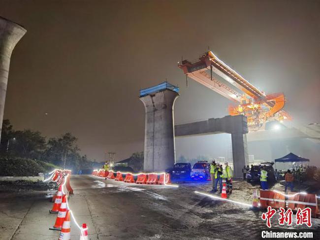 印尼雅万高铁全线首榀跨高速公路箱梁成功架设
