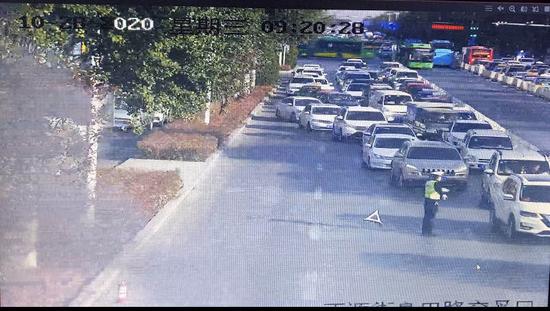 银川正源街上一轿车自燃,警民接力灭火无人伤亡