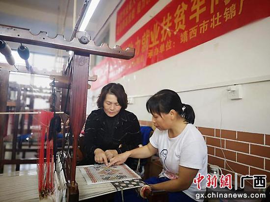 圖為織娘在織壯錦。靖西市融媒體中心供圖