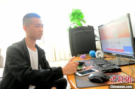 今年28岁的吴建新2016年从山西财经大学毕业后,选择回到家乡从事电商,销售百香果、地瓜干等当地农特产品。 张金川 摄