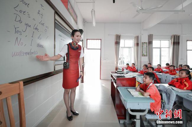 山村小学迎来空姐教师