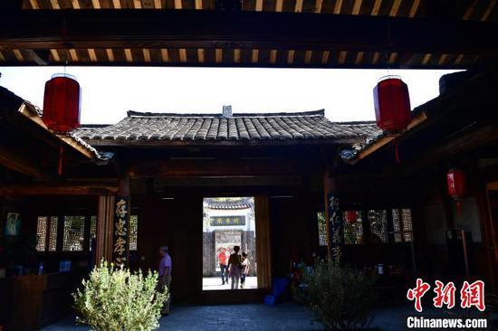 古朴的客家建筑、热情的客家人、浓厚的客家风情和耕读文明,引得游客们兴致盎然。 张斌 摄