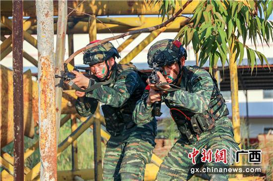 广西贵港:武警特战开展实战化训练 锻造反恐打赢能力