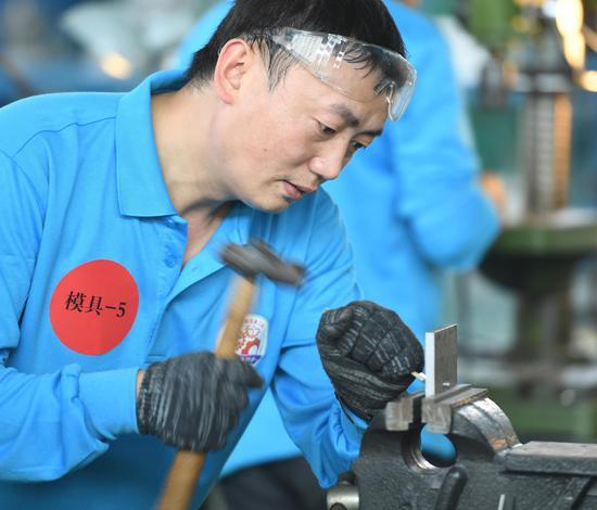 一位选手参加模具加工比赛。王刚 摄