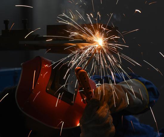一位焊工专注参赛,焊接点喷出绚丽火花。王刚 摄