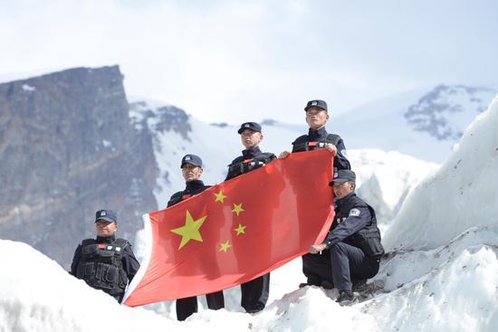积雪厚达1米 新疆苏巴什边境派出所民警帕米尔高原上巡逻