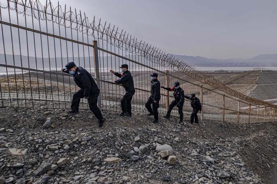 百里风区?新疆铁警顶风巡线保安全