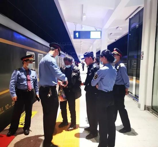 警方送老人上火车。庆元警方 供图