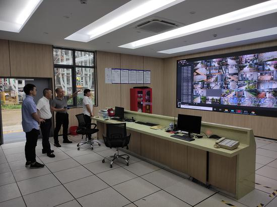 专项巡察组一行深入瓯海区郭溪高新技术产业园,实地了解园区数字化建设情况。温州市纪委市监委供图