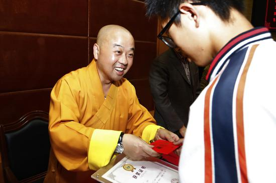 奖学金颁发仪式现场。炉峰禅寺供图