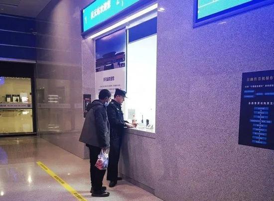 警方给老人买票。庆元警方 供图