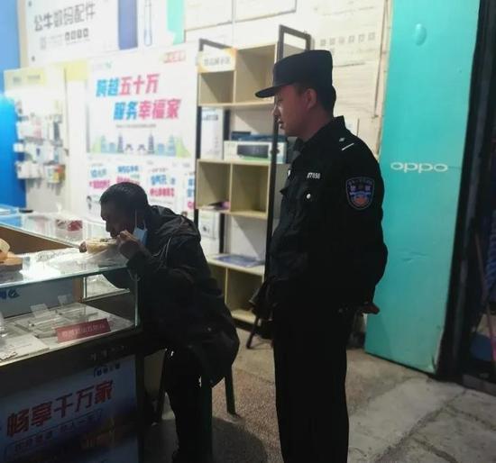 警方带老人吃饭。庆元警方 供图