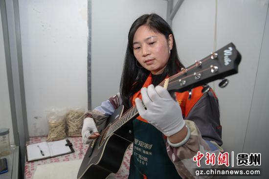正安一吉他企业员工在调试待出厂的吉他。瞿宏伦 摄