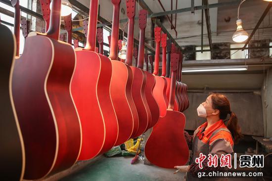 正安一吉他企业员工在整理喷漆后的吉他。瞿宏伦 摄