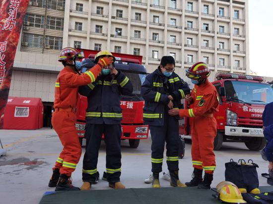 """记者节""""撞""""上宣传月:记者""""变身""""消防员体验消防生活"""