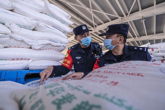 新疆铁警加大进出疆货物安全检查力度
