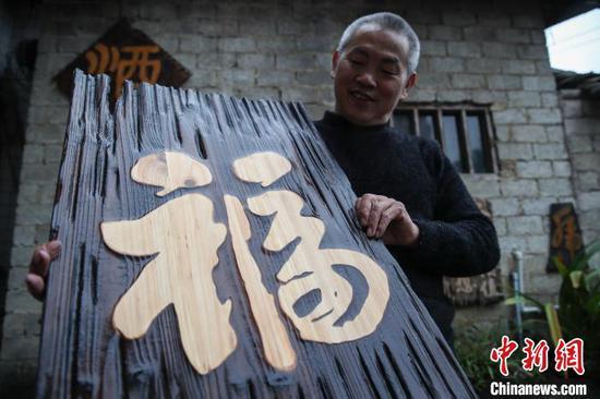 余平华制作的做旧(仿古)木板书法作品。 瞿宏伦 摄