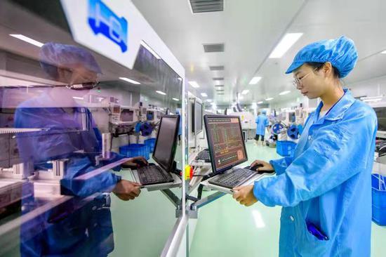 长兴经济技术开发区内某企业员工正在操作设备。长兴经济技术开发区供图
