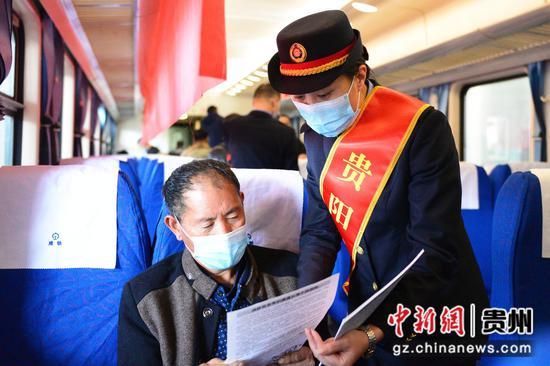 k9585次列车乘务员向旅客介绍列车消防安全小知识。沈向全 摄
