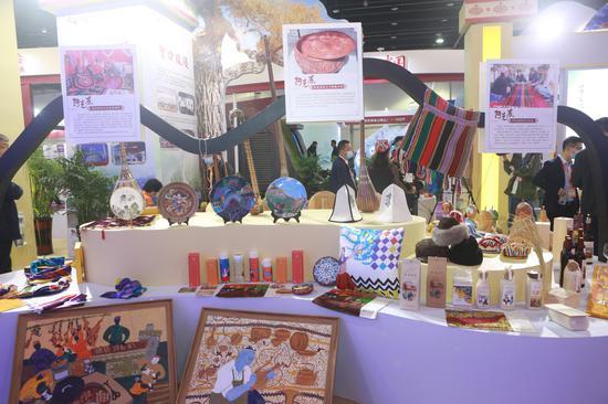展区展示了阿克苏和阿拉尔的美食、文化、景色等。