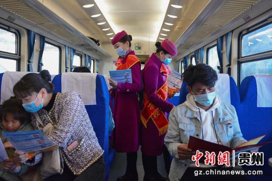 K112次列车上,旅客们正在阅读消防安全注意事项。沈向全 摄