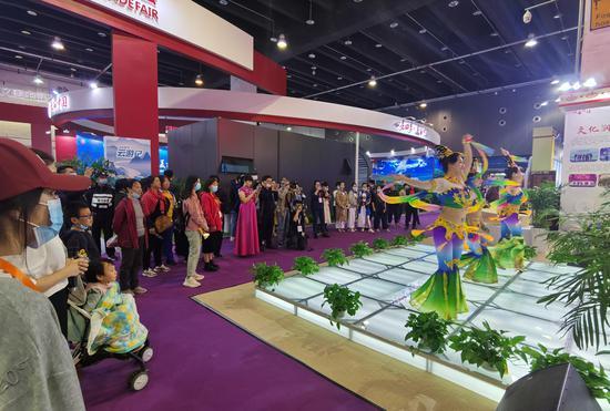 观众观看来自新疆的歌舞表演。