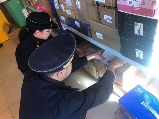 执法人员在快递箱上贴上邀请函。黄岩区综合行政执法局供图