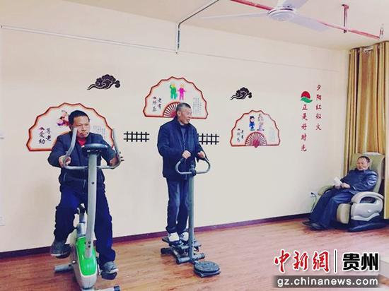 图为板桥镇养老服务中心的老人正在健身。