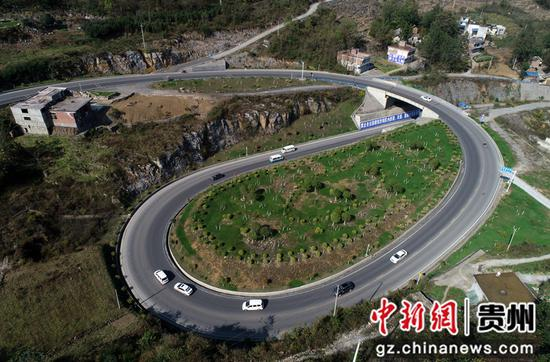 2020年11月12日,车辆行驶在国道212贵州省毕节市黔西县定新乡境内  史开心 摄