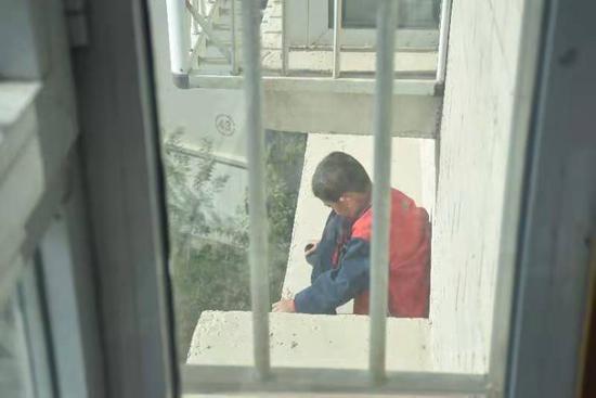 惊险!男孩被困9楼平台 新疆巴州消防员飞空营救
