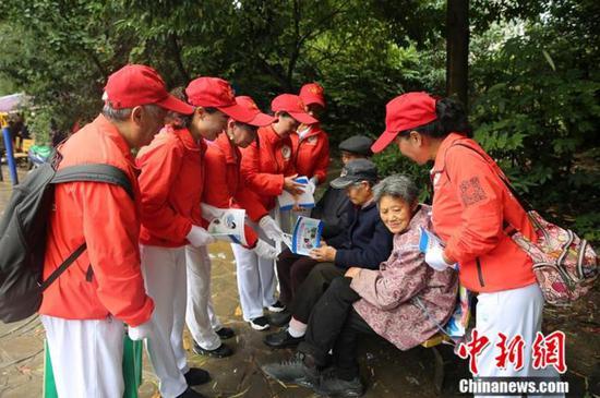 """""""消防妈妈团""""正在为社区居民宣传普及消防知识。观山湖区消防救援大队供图"""